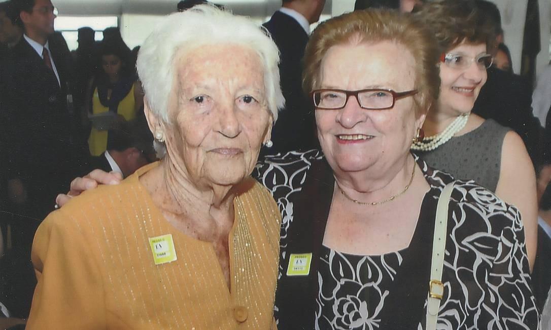 Mãe de coragem. Elzita Santa Cruz (à esquerda) com a ex-prefeita de São Paulo, Luiza Erundina Foto: Divulgação / CEPE Editora