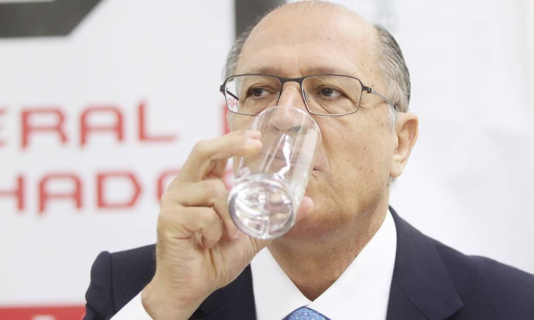 Alckmin bebe água durante evento em SP, nesta segunda-feira: rio 'é dos paulistas', diz Foto: Marcos Alves/Ag. O Globo