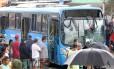 Ônibus de linha alimentadora do BRT atropela seis pessoas. Pelo menos duas vítimas morreram