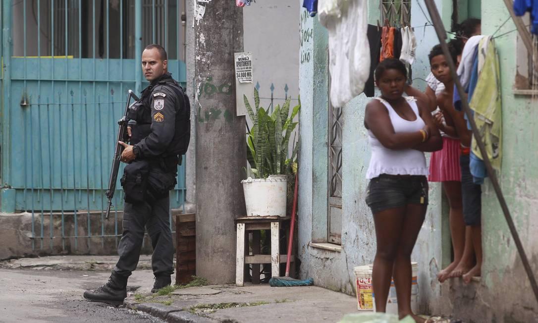 Policiamento foi reforçado no Complexo da Maré desde a última sexta-feira - Foto: Márcio Alves / Agência O Globo