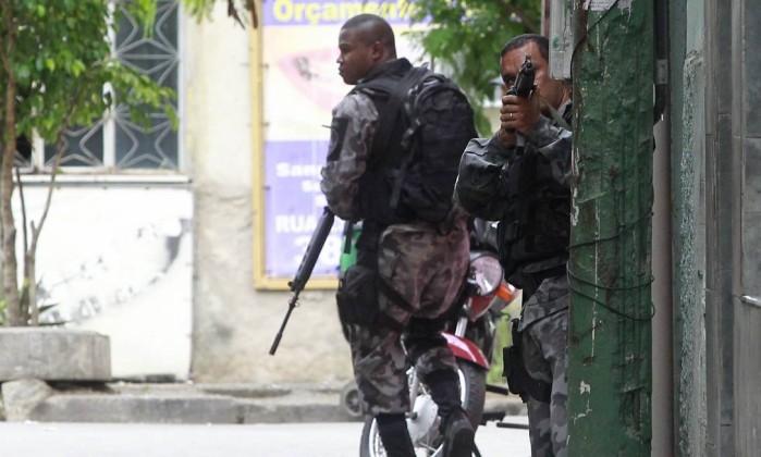 Homens da PM fazem operação na comunidade desde sexta-feira Foto: Márcio Alves / Agência O Globo