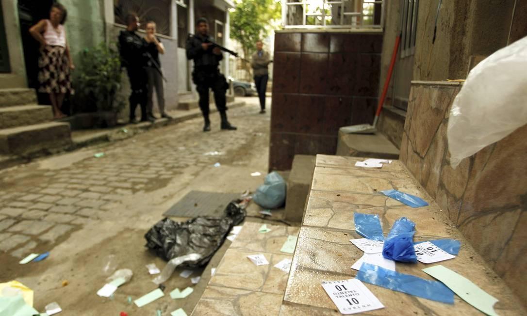 Policiais apreenderam nesta terça-feira 50 quilos de maconha em prédio usado para embalar droga - Foto: Gabriel de Paiva / Agência O Globo