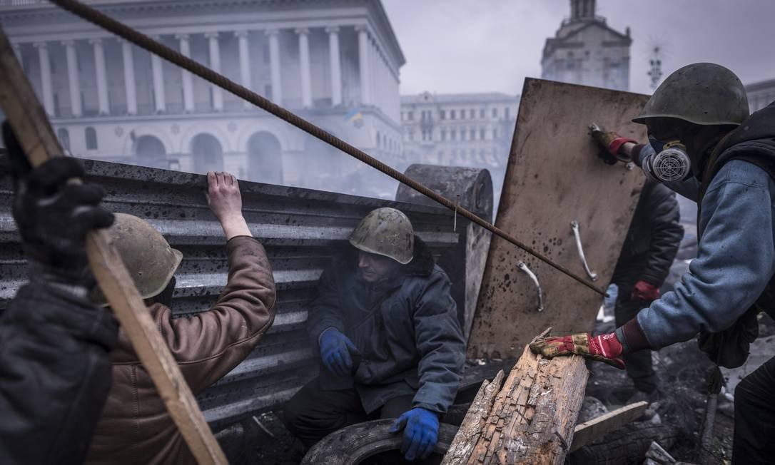 Barricada na Praça da Independência, em frente à Filarmônica de Kiev, durante protestos contra o antigo governo, em fevereiro de 2014 Foto: Foto de Sergey Ponomarev/The New York Times/20-2-2014