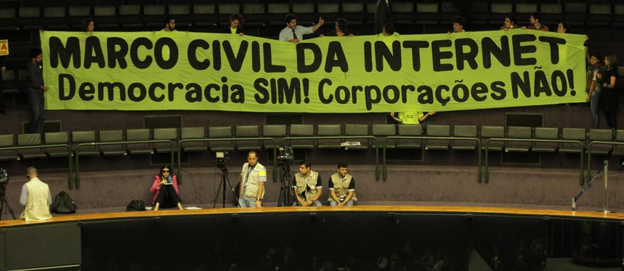 Manifestantes protestam pela democracia na internet durante votação do Marco Civil Foto: Ailton de Freitas / Agência O Globo