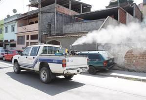 Um carro fumacê percorre ruas de São Gonçalo, na Região Metropolitana do Rio. 06/03/2014 Foto: Divulgação / Agência O Globo