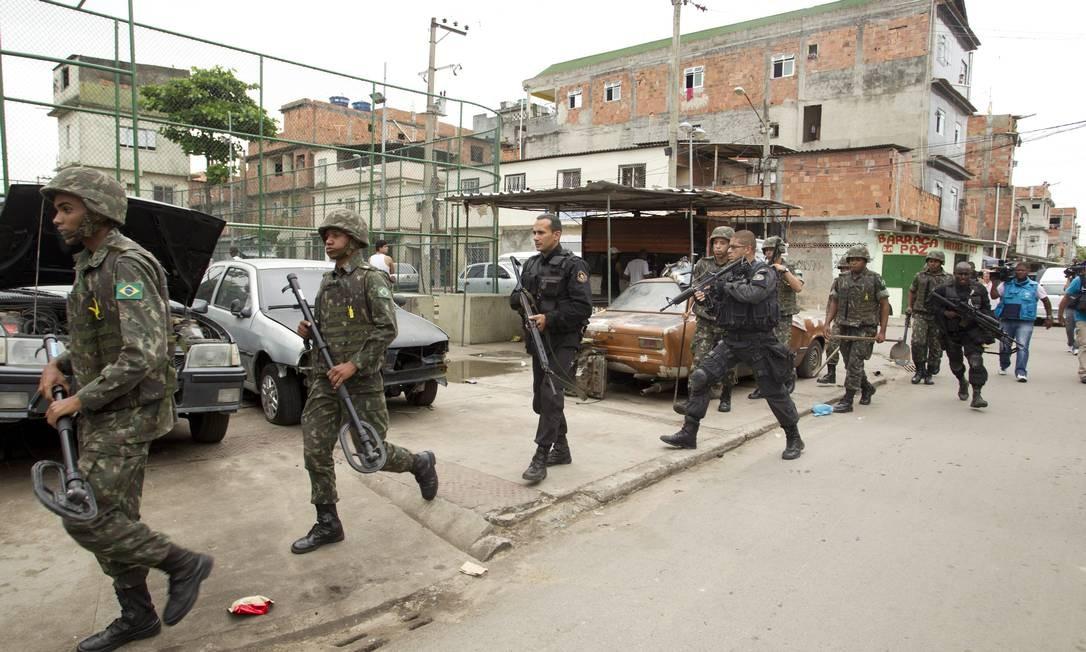 Unidade do Primeiro Batalhão de Engenharia-Escola do Exército, auxilia a ação da PM na favela da Maré com equipamentos para detectar metais. Foto: Márcia Foletto / Agência O Globo