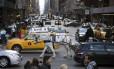 Cavalos e condutores de carro no tráfego pesado de Manhattan