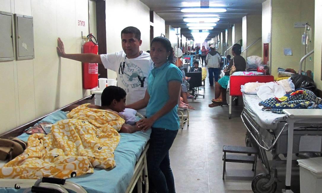 Paciente aguarda com a família atendimento no hospital de Base de Brasília Foto: Givaldo Barbosa / Arquivo Globo - 01/07/2011