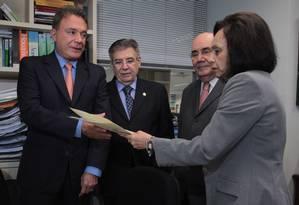 A secretária-geral da Mesa Diretora do Senado Federal, Cláudia Lyra, recebe do senador Álvaro Dias (PSDB-PR) o pedido para instalação de CPI da Petrobras no Senado Foto: Givaldo Barbosa / O Globo