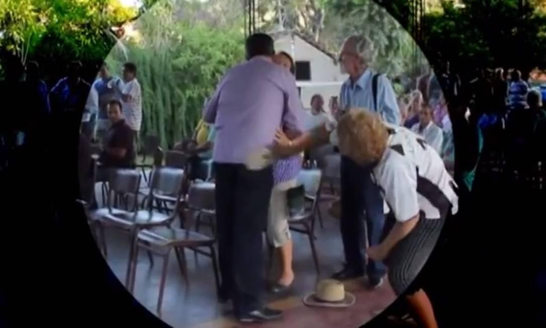 Prefeito de Nova Friburgo leva chinelada em audiência pública Foto: Reprodução da internet
