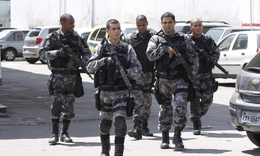 Policiais militares durante patrulhamento no Complexo da Maré, nesta quinta-feira Foto: Pablo Jacob / Agência O Globo