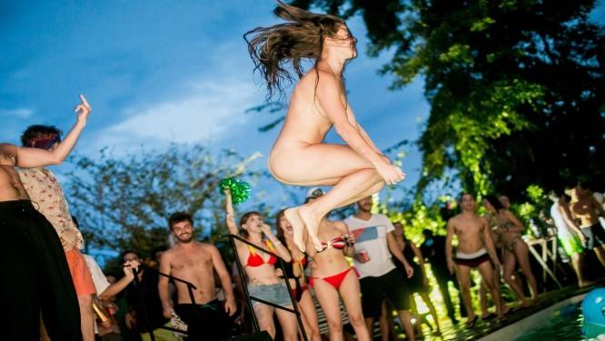 Nua e feliz. Fotos como esta geraram polêmica nas redes sociais Foto: Raul Aragão/I Hate Flash