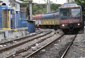 Trem passa próximo à estação do Jacarezinho Foto: Pablo Jacob / Agência O Globo