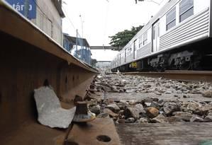 Um dos problemas dos trilhos da SuperVia é a falta de parafusos de fixação Foto: Pablo Jacob / Agência O Globo