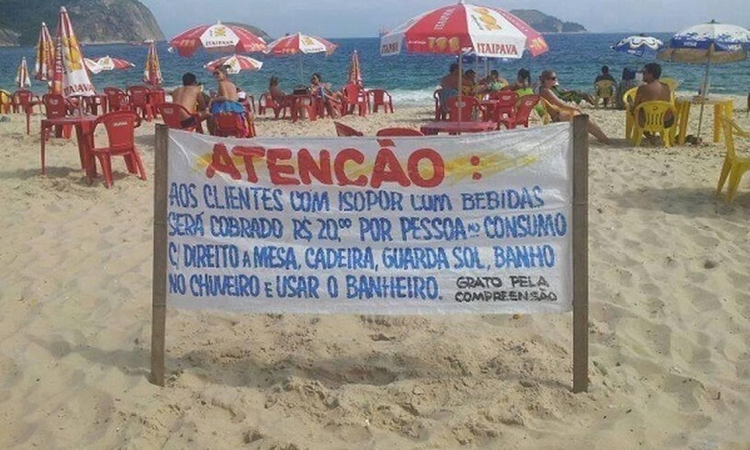 Faixa na Praia de Camboinhas, em Niterói, estabelece cobrança para quem levar isopor com bebidas para a praia Foto: Divulgação/Conexão Jornalismo