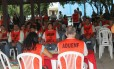 Em assembleia da greve, professores se vestem de laranja, em homenagem aos garis da Comlurb