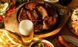 O processo de cozinhar a carne sobre brasas é conhecido por favorecer o desenvolvimento do câncer
