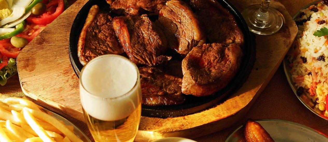 O processo de cozinhar a carne sobre brasas é conhecido por favorecer o desenvolvimento do câncer Foto: Gustavo Stephan / Agência Globo