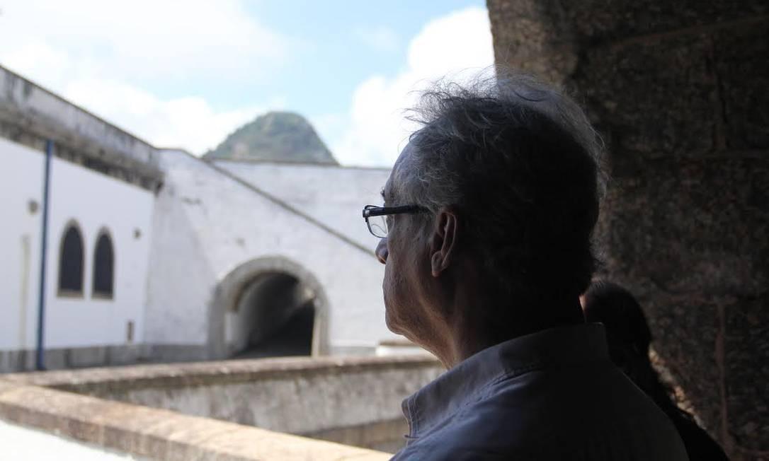 Volta. Umberto Trigueiros Lima olha os muros da Fortaleza Santa Cruz, onde ficou preso Foto: Gabriel Cariello