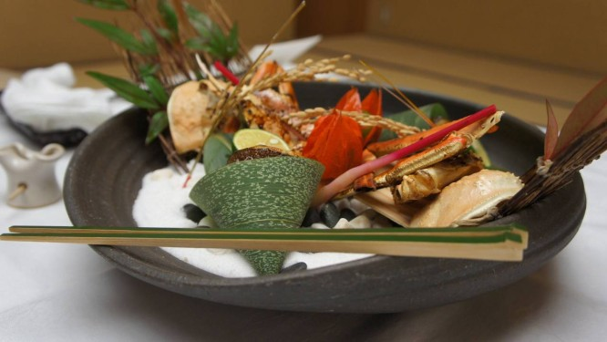 Washoku, a tradicional comida japonesa, varia com as estações, como este prato de outono, enfeitados com folha Foto: Claudia Sarmento