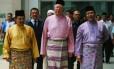 Premier malaio, Najib Razak (centro), deixa uma mesquita: país é governado pelo mesmo partido desde a independência