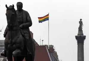 Uma bandeira do arco-íris, símbolo do movimento LGBT, tremula em Whitehall, a avenida que concentra prédios do governo perto de Trafalgar Square, em Londres Foto: Lefteris Pitarakis/AP