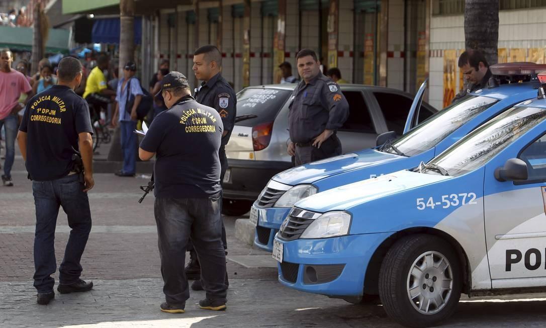 Carros da Polícia Militar foram posicionados em vários acessos ao Complexo da Maré Foto: Agência O Globo