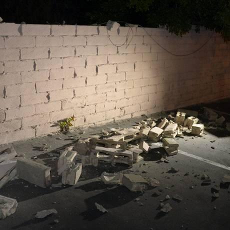 Homem filma muro danificado após terremoto na Califórnia Foto: GENE BLEVINS / REUTERS