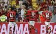 Lucas Mugni (10) comemora entre Amaral e Paulinho após marcar o primeiro gol do Flamengo contra a Cabofriense