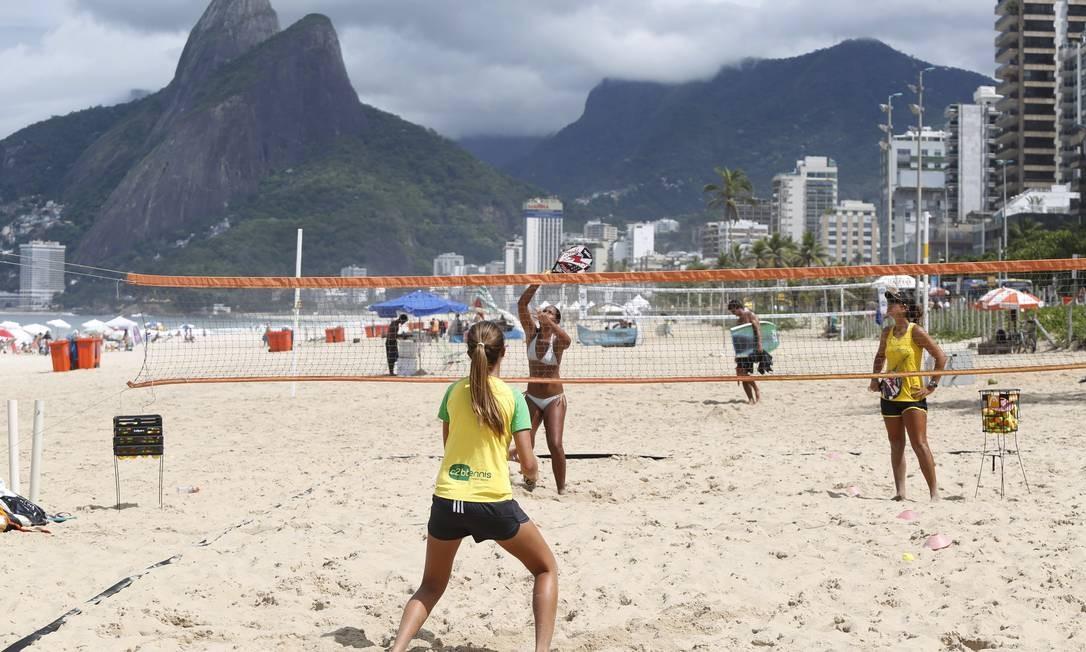 Areias nada públicas. Escolinha de tênis em Ipanema: Foto: Ana Branco / Ana Branco