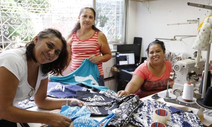 Esforço coletivo. Antonia, Marisete e Sônia no pequeno ateliê ao pé do morro, onde produzem as peças We Care Foto: Ana Branco / Agência O Globo
