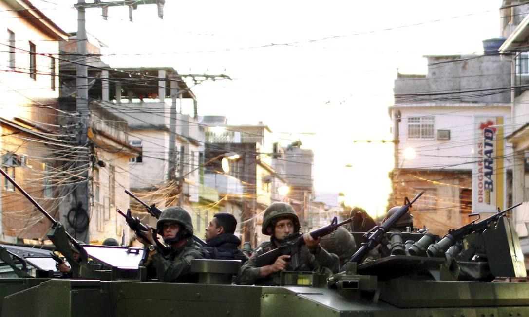 Militares em blindados da Marinha ocupam a Maré Foto: Gabriel de Paiva / Agência O Globo