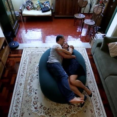 """Casal no """"fonzão"""", um pufe que é o queridinho da casa Foto: Leo Martins/Agência O Globo"""