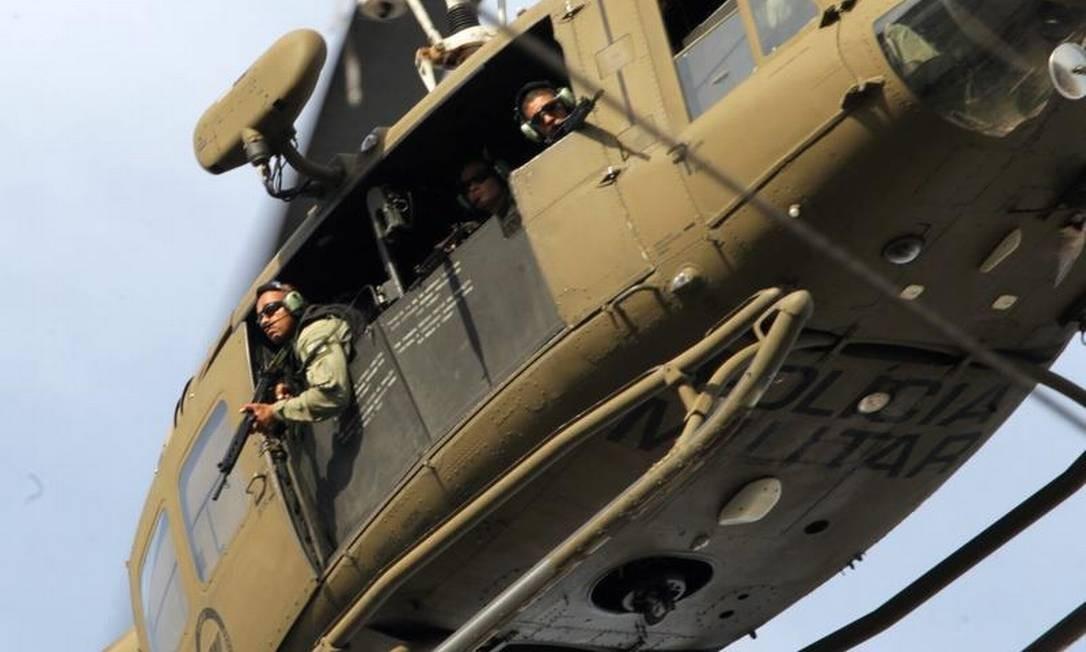 Em helicóptero, militares patrulham o Complexo da Maré Foto: Roberto Moreyra
