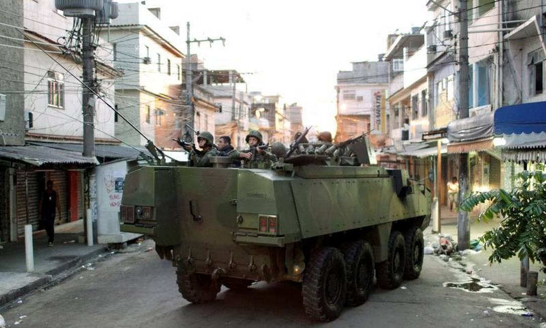 Blindado da Marinha percorre rua da favela Nova Holanda: comunidade faz parte da Maré, ocupada pelas forças de segurança Foto: Gabriel de Paiva