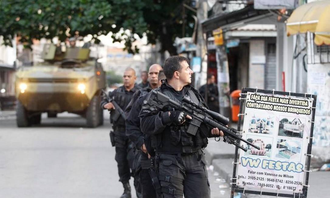 Policiais militares e homens do Exército participam da ocupação do complexo de favelas Foto: Pablo Jacob