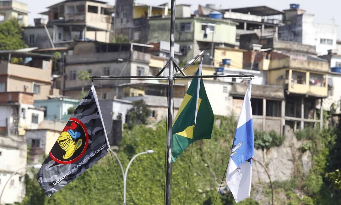 Bandeiras de Brasil, Estado do RJ e do Batalhão de Choque da PM tremulam no Complexo da Maré Foto: Pablo Jacob/Agência O Globo
