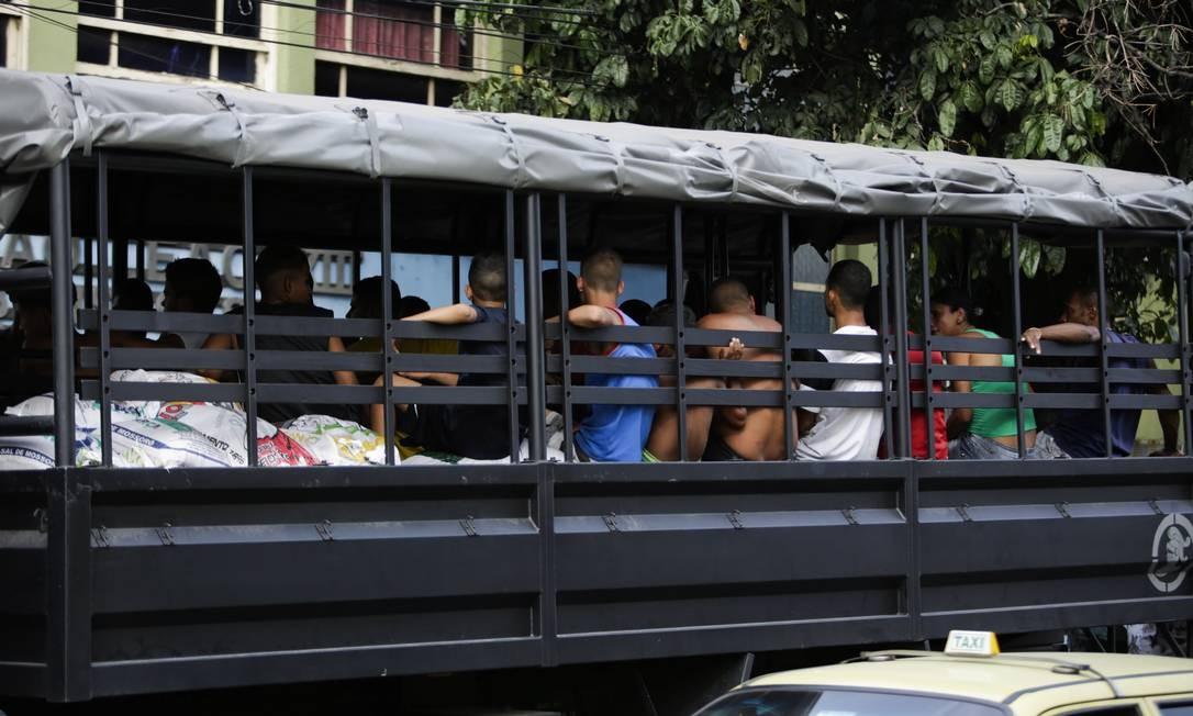 Jovens detidos são levados para a delegacia: acusados de jogar pedras na Linha Vermelha - 30/03/2014 Foto: Fabio Seixo / Agência O Globo
