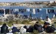 Embaraço. Tunisianos num acampamento em Lampedusa, na Itália: fluxo de imigrantes deve aumentar, diz estudo