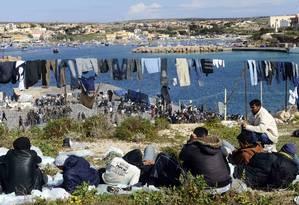 Embaraço. Tunisianos num acampamento em Lampedusa, na Itália: fluxo de imigrantes deve aumentar, diz estudo Foto: Giuseppe Giglia / AP