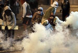 Manifestantes entram em confronto com a polícia durante protesto em Caracas Foto: FEDERICO PARRA / AFP