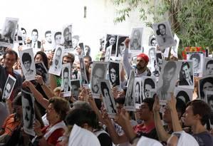 Manifestação lembra os torturados na sede do DOI_Codi , local usado para tortura de presos. Foto: Marcos Alves / Agência O Globo
