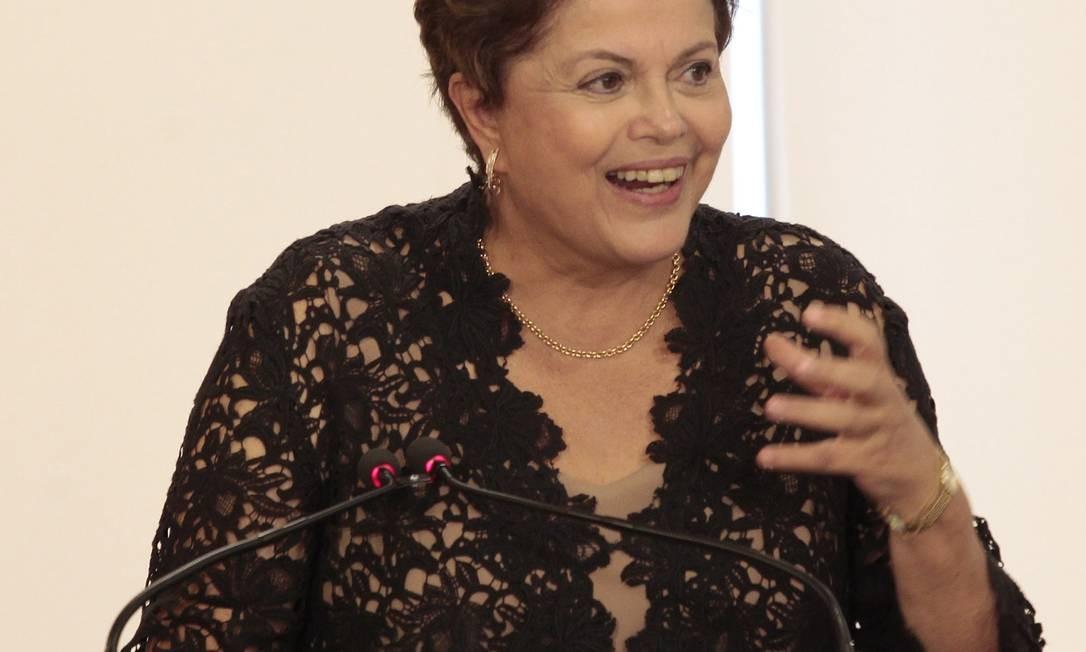A presidente Dilma Rousseff participa da cerimônia de assinatura do contrato para construção da ponte sobre o rio Guaíba Foto: Jorge William / O Globo