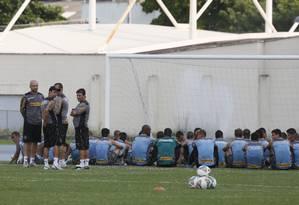 Jogadores do Botafogo fazem protesto pelo atraso dos salários Foto: Marcos Tristão / Agência O Globo