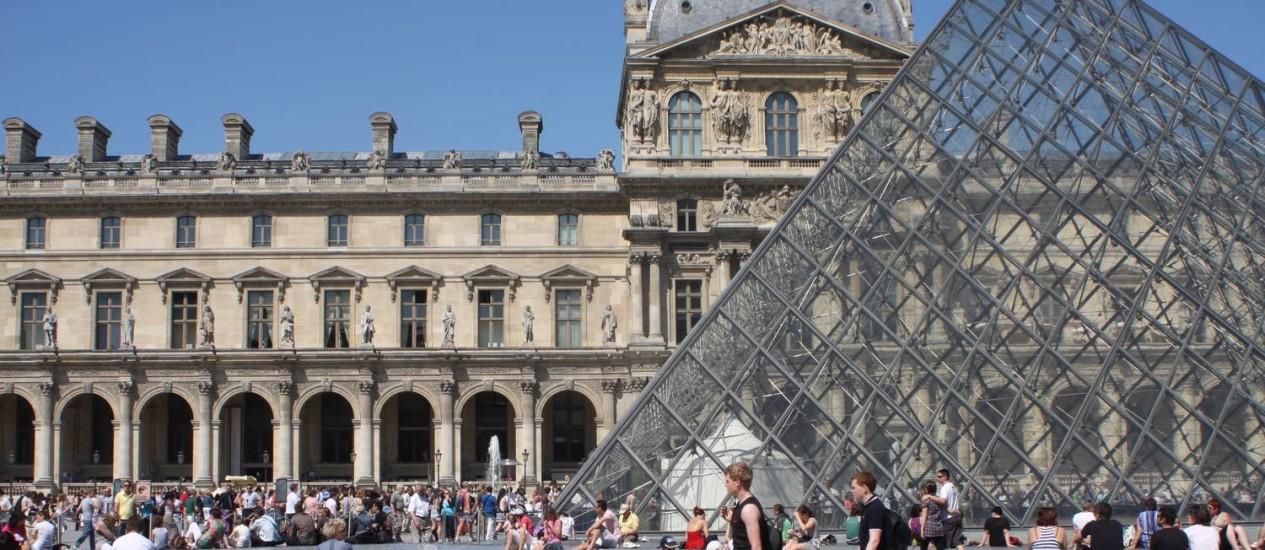 Museu do Louvre, um dos pontos de Paris, que agora tem voo direto para Brasília Foto: Bruno Agostini / Agência O Globo