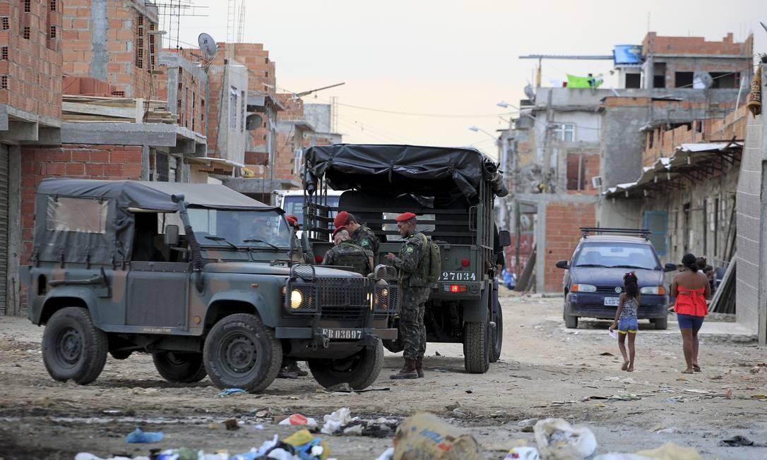 Militares do setor de engenharia do exército fazem incursão no Complexo da Maré para conhecer e fotografar as favelas Foto: Marcelo Piu / Agência O Globo