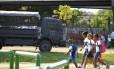 Estudantes passam por caminhão da PM na Maré Foto: Marcelo Piu (Arquivo O Globo) / Agência O Globo