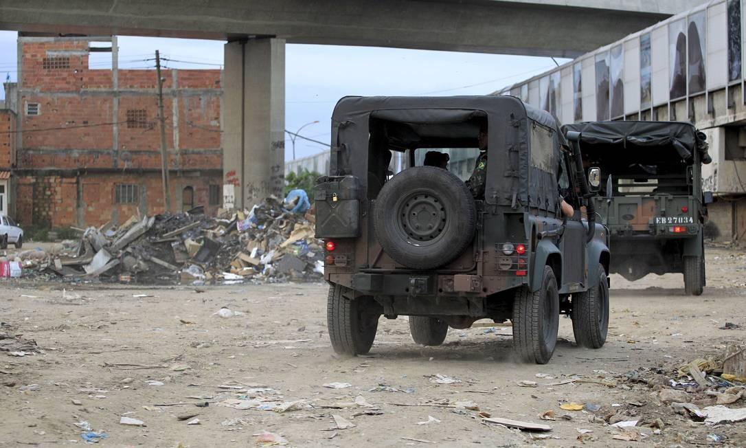 Militares do setor de engenharia do Exército fazem incursão na Maré: reconhecimento da área / Foto: Marcelo Piu / O Globo