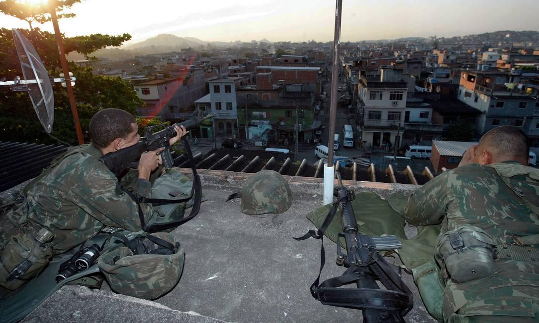 Fuzileiros navais posicionados no Complexo da Maré: topografia não deve atrapalhar ocupação Foto: Pablo Jacob / Agência O Globo