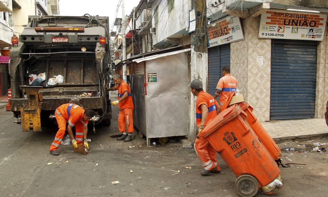Garis da Comlurb continuam recolhem o lixo no Parque União Foto: Gabriel de Paiva / Agência O Globo